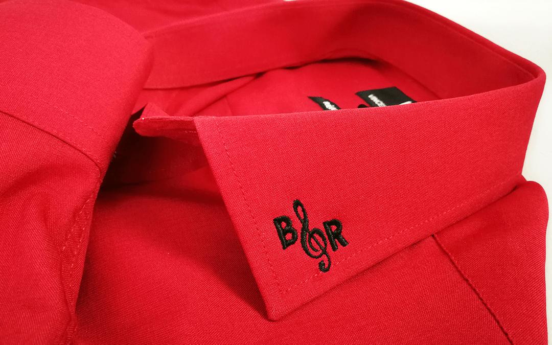 Broderie directe sur col de chemise